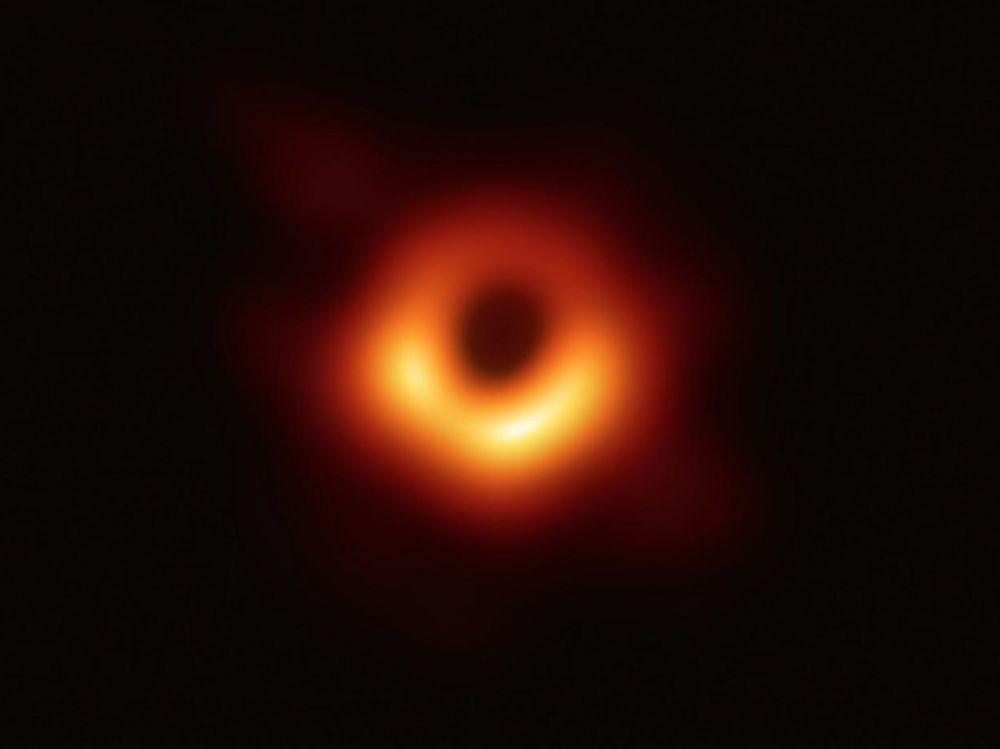 Première image trou noir